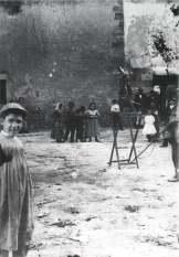 Niños en una atracción en la calle