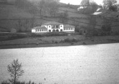 Escuela de La Población, enfrente el pantano del Ebro.