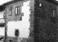 Fachada principal de la casa solar de los De la Llana en S. Miguel
