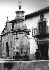 Capilla de San Roque, con la Fuente de la Aurora delante