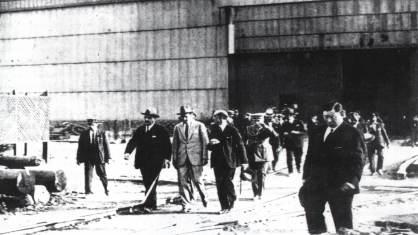 """Final de los años 20. El rey Alfonso XIII recorre los talleres de """"La Naval"""""""