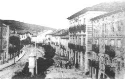 Vista de la antigua calle Canalejas , hoy Avda. Puente de Carlos III