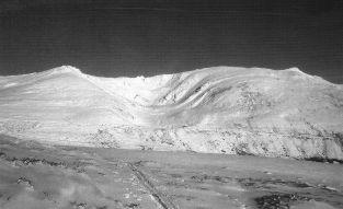 Vista invernal del circo glaciar de Cuencagen, entre las cimas Bóveda (izq) y La Tabla (dcha)