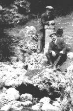 Manuel Lorenzo Pardo apoyado en el hito que marca en nacimiento del Ebro en Fontibre