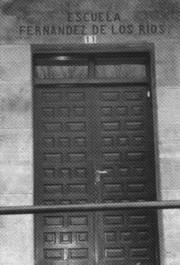 Puerta de entrada a la Escuela Fernández de los Ríos , en Pesquera