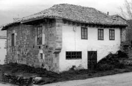 La fachada entre mensulones. Casa en Arroyal
