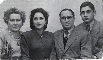 Juan Guerrero con su esposa Paula y sus dos hijos Pilar y Juan Antonio. 1946