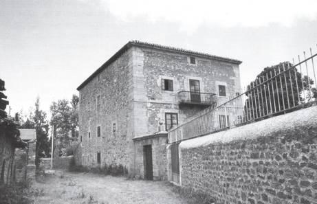 Fachada oeste y sur de la casona de Ríos en Naveda