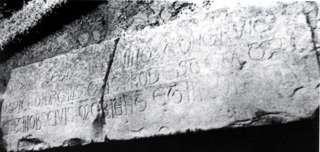 Sepulcro con inscripción en San Martín de Elines