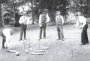 Jugando a los bolos en la bolera de Las Fuentes. 1922
