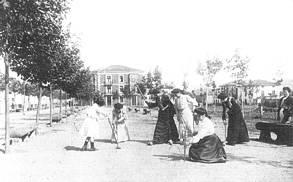 Damas jugando al cricket en el Paseo de Cupido. Al fondo el Hotel Universal. 1918