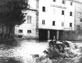 Lavanderas junto a la antigua fábrica de harinas Hijos de Rafael Obeso. Años 20
