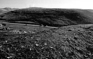 Muralla del castro de La Loma y campamento romano al fondo