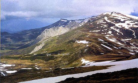 Foto 4. La vertiente sur de la Sierra de Híjar desde el Sestil. Al fondo Peña Labra