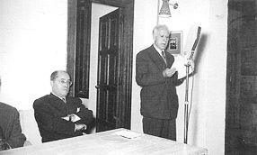Santiago Arenal, de pie y Antonio García Bellido