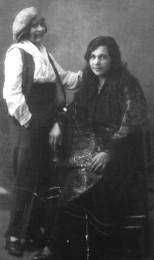 La informante  a la derecha Ramona Ramos, en 1929