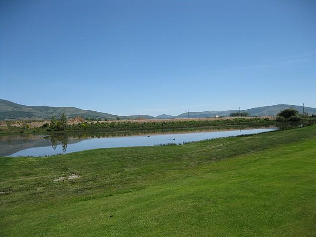 1er golpe, el lago queda a la derecha, está visto mirando hacia el tee